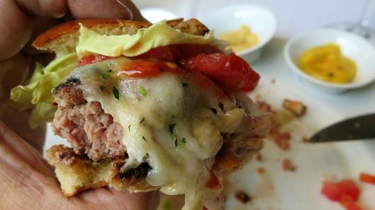 CAPITAL GRILL burger mordida